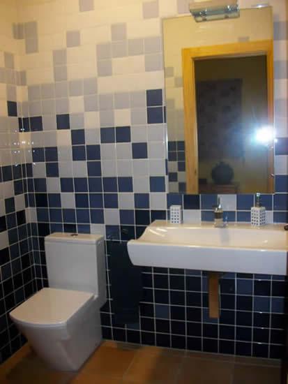 Baño con revestimiento degradado en cerámica y sanitario mod. Hall