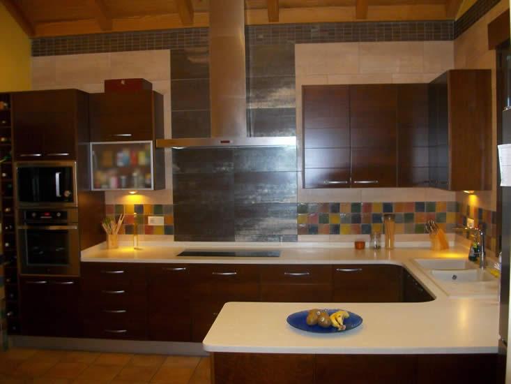 Cocina revestida en piezas de porcelánico metalizado y tacos cerámicos de esmaltación manual
