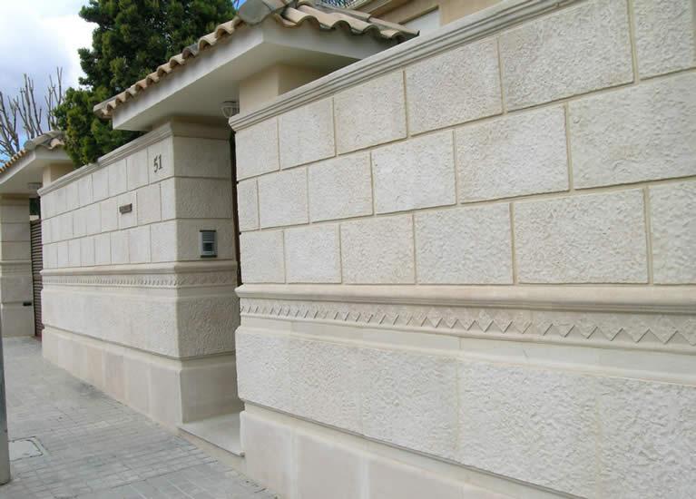 Muros revestidos en piedra cincelada
