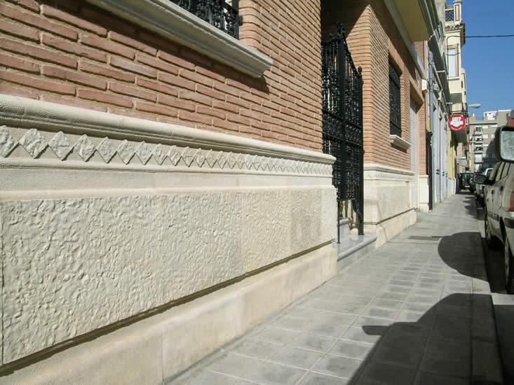 Combinación de piedra cincelada y molduras