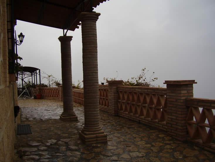Columnas con piezas en barro manual (Castillo de Locubín).