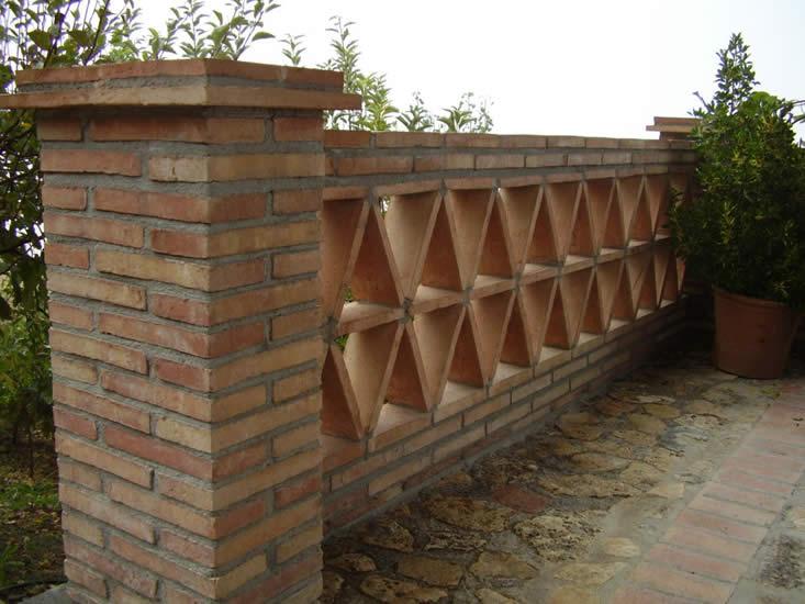 Baranda con ladrillo y barro manual (Castillo de Locubín).