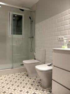 baño con suelos tipo hidráulico