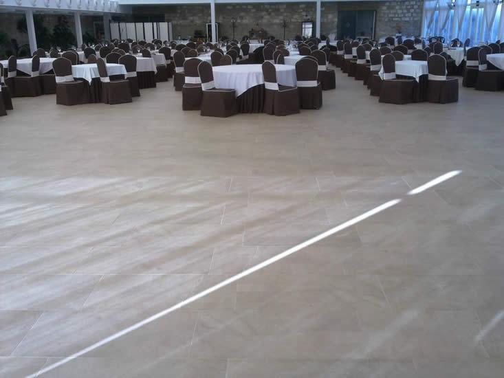 Suelo porcelánico en salón de bodas (Torreperogil)