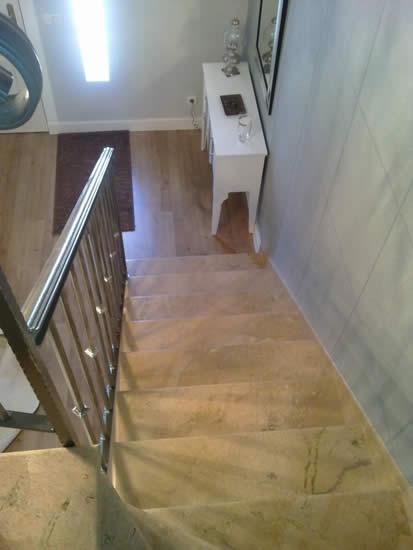 Escaleras en mármol envejecido y suelo laminado (Úbeda)